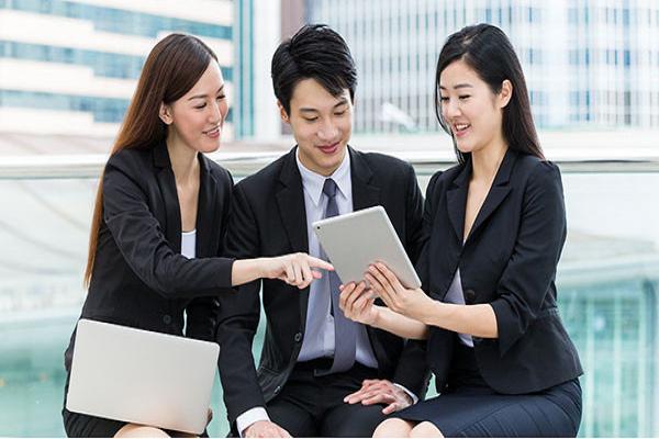 Nhân viên tư vấn các sản phẩm văn phòng phẩm cho khách hàng lựa chọn